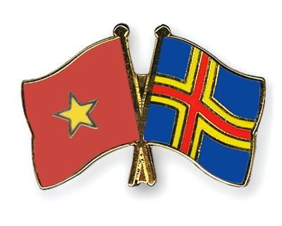 Crossed Flag Pins Vietnam-Aland