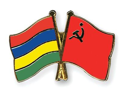 Crossed Flag Pins Mauritius-USSR